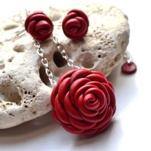 Piros rózsák-ékszerszett valódi bőrből, Ékszer, Nyaklánc, Ékszerszett, Fülbevaló, Bőrművesség, Ékszerkészítés, Rengeteg munka, aprólékos kidolgozás dicséri ezt a valódi bőr ékszerszettet. Két bájos kis rózsa fü..., Meska
