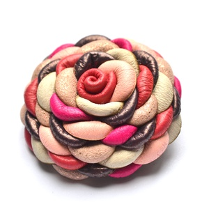 Candy-extra virág valódi bőrből, Ékszer, Kitűző, bross, Bőrművesség, Ékszerkészítés, Nőies és édes candy-virág valódi bőrből, melyet egyéni technikámmal aprólékos munkával készítettem.\n..., Meska