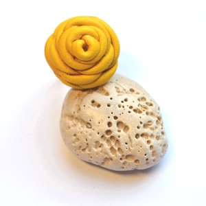 Sárga rózsa-gyűrű valódi bőrből, Ékszer, Gyűrű, Bőrművesség, Ékszerkészítés, Különleges és egyedi rózsás gyűrű  valódi bőrből aprólékos munkával.\n\n\nFelhasznált anyagok:\n-sárga v..., Meska