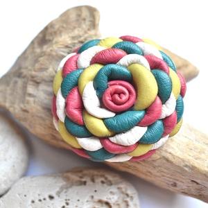 Candy-virág valódi bőrből, Ékszer, Kitűző, bross, Bőrművesség, Ékszerkészítés, Nőies és édes candy-virág valódi bőrből, melyet egyéni technikámmal aprólékos munkával készítettem.\n..., Meska