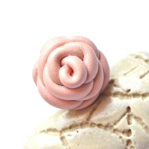 Halvány rózsa-gyűrű valódi bőrből, Statement gyűrű, Gyűrű, Ékszer, Bőrművesség, Ékszerkészítés, Különleges és egyedi rózsás gyűrű  valódi bőrből aprólékos munkával.\n\n\nFelhasznált anyagok:\n- valódi..., Meska