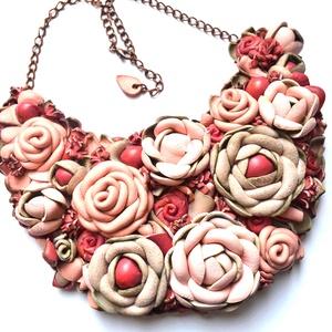 Jardin-Rêve Rose-nyakék valódi bőrből, Statement nyaklánc, Nyaklánc, Ékszer, Bőrművesség, Ékszerkészítés, \n\nEgy ámulatba ejtő pompázatos kert rózsaszín álomszínekkel, rengeteg  virággal, bimbóval, levéllel,..., Meska