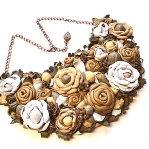 Jardin-Antique Rose-nyakék valódi bőrből, Statement nyaklánc, Nyaklánc, Ékszer, Bőrművesség, Ékszerkészítés, Egy ámulatba ejtő pompázatos kert fehér lágy barna beige színekkel, rengeteg  virággal, bimbóval, le..., Meska