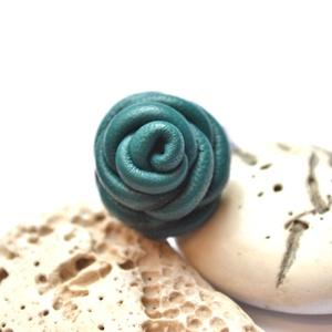 Türkiz rózsa-gyűrű valódi bőrből, Statement gyűrű, Gyűrű, Ékszer, Bőrművesség, Ékszerkészítés, Különleges és egyedi rózsás gyűrű  valódi bőrből aprólékos munkával.\n\n\nFelhasznált anyagok:\n-valódi ..., Meska