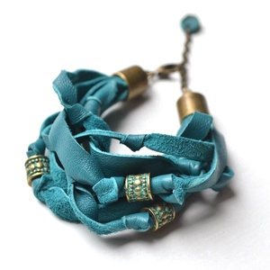 Spirit Turquoise-karkötő valódi bőrből, Ékszer, Karkötő, Gyöngyös karkötő, Bőrművesség, Ékszerkészítés, Különleges karkötő extra türkiz színben.\nAlkalmakra és hétköznapokra is nagyszerű kiegészítő.\nVékony..., Meska