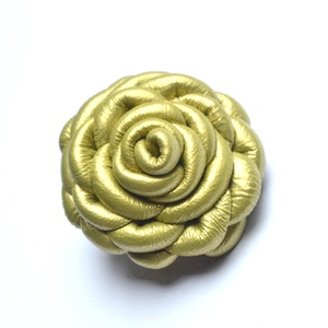 Green Pearl-rózsa kitűző valódi bőrből, Ékszer, Kitűző és Bross, Kitűző, Bőrművesség, Ékszerkészítés, Bájos rózsa, aprólékos munkával, különleges valódi bőrből.\nTűzheted, blúzra, kabátra, kendőre, táská..., Meska