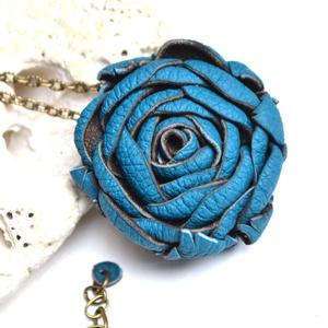 Türkiz rózsa-hosszú nyaklánc valódi bőrből, Ékszer, Nyaklánc, Hosszú nyaklánc, Bőrművesség, Ékszerkészítés, Extra nyaklánc, duci rózsafej medállal amit különleges türkiz színű valódi bőrből készítettem.\nHétkö..., Meska