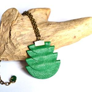 Azték istennő- hosszú nyaklánc valódi bőrrel, Ékszer, Nyaklánc, Hosszú nyaklánc, Bőrművesség, Ékszerkészítés, Különleges nyaklánc, zöld színű extra medállal amit valódi bőrből készítettem.\nHétköznapokra és alka..., Meska