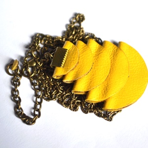 Azték istennő-citrom-hosszú nyaklánc valódi bőrrel, Ékszer, Nyaklánc, Hosszú nyaklánc, Bőrművesség, Ékszerkészítés, Különleges nyaklánc, sárga színű extra medállal amit valódi bőrből készítettem.\nHétköznapokra és alk..., Meska