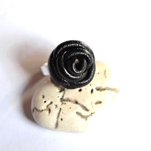 Fekete rózsa-gyűrű valódi bőrből, Ékszer, Gyűrű, Bőrművesség, Ékszerkészítés, Különleges és egyedi rózsás gyűrű  valódi bőrből aprólékos munkával.\n\n\nFelhasznált anyagok:\n- valódi..., Meska