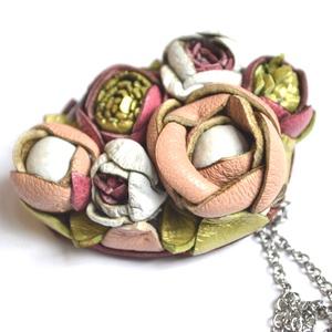 Jardin-Crème glacée-hosszú nyaklánc valódi bőrrel, Ékszer, Nyaklánc, Hosszú nyaklánc, Bőrművesség, Ékszerkészítés, Egy pompázatos kert tele virágokkal, bimbókkal luxuskivitelben!\nEnnek a nyakláncnak medálja csakis v..., Meska