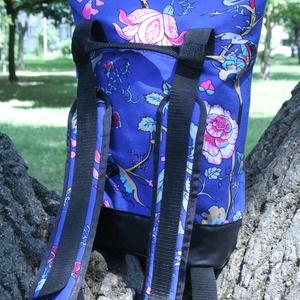 KRISZTIKE kissebb hátizsák/kék virágos, Ruha, divat, cipő, Táska, Pénztárca, tok, tárca, Válltáska, oldaltáska, Varrás, KRISZTIKE fantázianévre keresztelt,kék mintás vászon, és fekete műbőr kombinációjából készült hátiz..., Meska