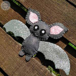 Csillogó szárnyú denevérek, Otthon & Lakás, Dekoráció, Függődísz, Varrás, Ezek az aranyos kis denevérek elengedhetetlen kellékei egy halloweeni bulinak !!\nSzárnyaik csillogó ..., Meska