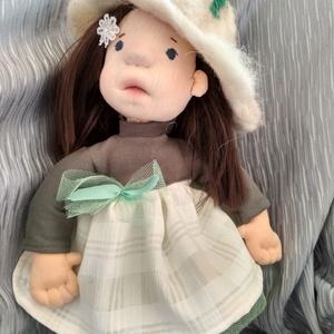 Liliom waldorf jellegű baba, Játék, Baba játék, Játékfigura, Plüssállat, rongyjáték, Baba-és bábkészítés, Nemezelés, Többnyire természetes anyagokból készült 35 cm waldorf jellegű baba. Nemezelt gyapjú fej és testrés..., Meska