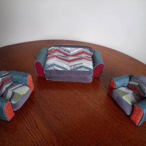Játék bútor mini nyitható kanapé + 2 fotelka, Játék & Gyerek, Baba & babaház, Babaház, Varrás, Újrahasznosított alapanyagból készült termékek, A játékbútor kicsi nyitható kanapéból és 2 db fotelből áll, egész kicsi babára méretezve, babaházba ..., Meska