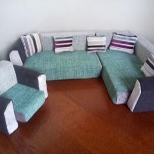 Játék bútor Barbie méretre Színes sarok garnitúra+2 fotel, Játék & Gyerek, Baba & babaház, Újrahasznosított alapanyagból készült termékek, Varrás, Ez a kis játékbútor sarok garnitúra +2 fotelből áll. Formára szabott szivacsból és bútorszövetből, k..., Meska