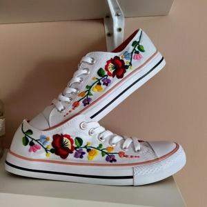 Kalocsai virágos tornacipő, Cipő, Cipő & Papucs, Ruha & Divat, Hímzés, Kalocsai virágos tornacipő, kézzel hímezve. Budapesten személyesen átvehető. Postázás is megoldható...., Meska