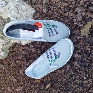 Levendulával kézzel hímzett cipő, Ruha & Divat, Cipő & Papucs, Cipő, Hímzés, Levendulával kézzel hímzett halványzöld cipő. Egyedi darab, az elérhető méretek változóak. Személyes..., Meska