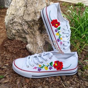 Kalocsai virágos tornacipő kézzel hímzett, Ruha & Divat, Cipő & Papucs, Cipő, Hímzés, Egyedi darab, kézzel hímzett. 39-es méret. Személyesen megtekinthető Budapesten vagy postázás is meg..., Meska