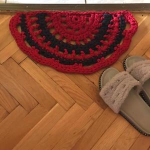 Vintáge szőnyeg, pólófonalból., Otthon & lakás, Lakberendezés, Lakástextil, Szőnyeg, Horgolás, Ez a félkör alakú szőnyeg,méltón a bejárati ajtó, vagy a fürdőszoba dísze!\nAnyaga pólófonal, a feket..., Meska