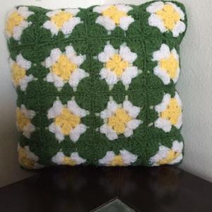 Horgolt párna, Otthon & lakás, Lakberendezés, Lakástextil, Párna, Horgolás, Mérete : 32x 32 cm. Alapszíne zöld, amiben fehér virágok láthatók. Bélése vatelin, amin huzat van és..., Meska
