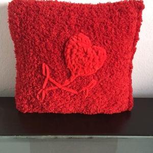 Piros, horgolt párna., Párna & Párnahuzat, Lakástextil, Otthon & Lakás, Hímzés, Horgolás, Mérete : 29x 30 cm.  Színe : piros, díszítése piros szív virág.  A virág zsenília fonalból van a pár..., Meska