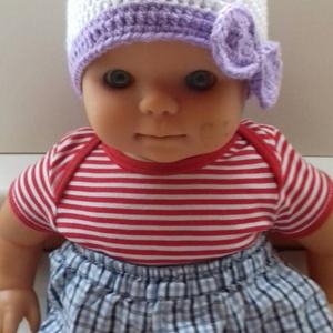 Fehér,lila babasapka., Táska, Divat & Szépség, Ruha, divat, Gyerekruha, Baba (0-1év), Sál, sapka, kesztyű, Sapka, Horgolás, A fantázia szüleménye, melynek a különlegessége a hatalmas lila masni. Mérete : 0-1 éves korig.  \nFe..., Meska