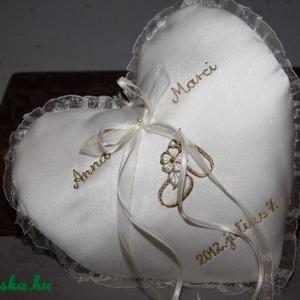 Szív gyűrűpárna névvel-dátummal egyedi-krém, Gyűrűtartó & Gyűrűpárna, Kiegészítők, Esküvő, Hímzés, Varrás, Szív alakú gyűrűpárna névvel és dátummal hímezve.Vatelinnel tömve.A gyűrűket szalagokra lehet kötni...., Meska
