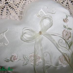 Szív gyűrűpárna monogrammal,motívummal, Dekoráció, Otthon & lakás, Esküvő, Gyűrűpárna, Hímzés, Varrás, Szív alakú gyűrűpárna monogrammal és virágos motívummal hímezve.Díszes betűkkel.Vatelinnel tömve.A g..., Meska