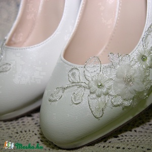Menyasszonyi platform cipő,egyedi díszítéssel,törtfehér 41-es, Esküvő, Cipő, cipőklipsz, Táska, Divat & Szépség, Cipő, papucs, Gyöngyfűzés, gyöngyhímzés, Varrás, Platformos menyasszonyi cipő,csipke,gyöngy és kristály díszítéssel.\nNagyon különleges,garantáltan eg..., Meska