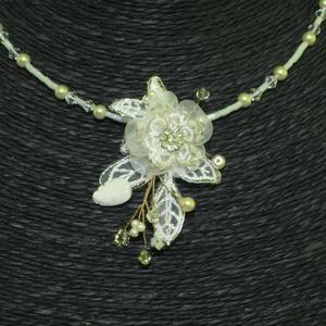 Menyasszonyi nyaklánc,ékszer krém virágos,gyöngyös, Nyaklánc, Ékszer, Esküvő, Ékszerkészítés, Gyöngyfűzés, gyöngyhímzés, Fűzött lánc alapon textil virágos,gyöngyös díszítés.\nIgazi romantikus darab.\n \nKrém\n\nMéret:medál rés..., Meska
