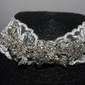 Menyasszonyi nyaklánc,ékszer széles csipke,krém, Nyaklánc, Ékszer, Esküvő, Ékszerkészítés, Gyöngyfűzés, gyöngyhímzés, A széles csipke alapra gyöngyös,kristályos díszítés került.Gyönyörűen csillog.\nKrém\n\nMéret: 31cm+6cm..., Meska