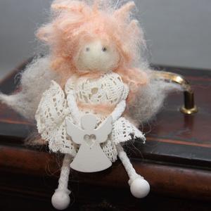 Gyapjú őrangyal,tündér csipke ruhában, Otthon & lakás, Dekoráció, Dísz, Baba-és bábkészítés, Nemezelés, Gyapjúból készült őrangyal,horgolt csipke ruhában.Kis angyalkával.Fel lehet akasztani.\nMéret:11 cm..., Meska