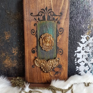 Sinjorino festett fa dekoráció, Otthon & Lakás, Dekoráció, Falra akasztható dekor, Festett tárgyak, Famegmunkálás, Köszöntünk Boltunkban!\n\nA dekoráció alapja csiszolt tömör fenyő deszka, melyet favédő lazúrral kezel..., Meska