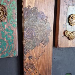 Flora Feo festett fadekoráció, Otthon & Lakás, Dekoráció, Függődísz, Festett tárgyak, Famegmunkálás, Köszöntünk Boltunkban!\n\nA dekoráció alapja csiszolt tömör fenyő deszka, melyet favédő lazúrral kezel..., Meska