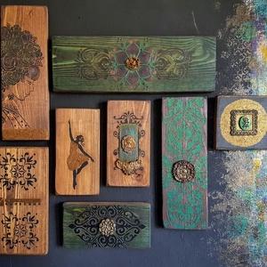 Sinjorina Stilo festett fa dekoráció szettben, Otthon & Lakás, Dekoráció, Függődísz, Festett tárgyak, Famegmunkálás, Köszöntünk Boltunkban!\n\nA Sinjorina Stilo fantázia nevú dekoráció alapja csiszolt tömör fa deszka, m..., Meska