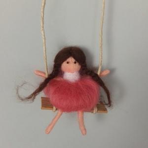 Hintázó kislány, Gyerek & játék, Otthon & lakás, Dekoráció, Dísz, Nemezelés, 12-13cm magas felfüggeszthető figura, Meska