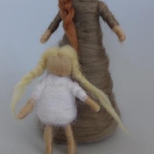Anya lánya, Otthon & lakás, Dekoráció, Ünnepi dekoráció, Ballagás, Anyák napja, Baba-és bábkészítés, Nemezelés, Az anya mérete 15 cm,\na kislányé 8 cm., Meska
