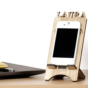 Mobiltartó - Egyedi tömörfa mobiltelefon tartó, Lakberendezés, Otthon & lakás, Tárolóeszköz, Fotó, grafika, rajz, illusztráció, Gravírozás, pirográfia, Mérete: 8cm széles, hosszát a telefonhoz igazítom, anyagvastagság: 5mm\nMegrendeléskor kérem megadni ..., Meska