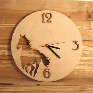 Fa falióra ló sziluettel, Lakberendezés, Otthon & lakás, Falióra, óra, Fotó, grafika, rajz, illusztráció, Gravírozás, pirográfia, Lóimádóknak, lovasoknak kitűnő ajándék ez a lovas falióra. \n\nEgyedi falióra lovas sziluettel natúr s..., Meska