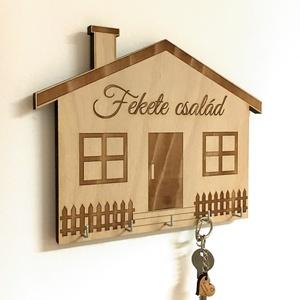 Ház formájú fali kulcstartó egyedi felirattal, egyedi gravírozás, Dekoráció, Otthon & lakás, Lakberendezés, Tárolóeszköz, Famegmunkálás, Gravírozás, pirográfia, Méret: 25x20cm\nAnyaga: bükk rétegelt lemez 12mm vastagságban, fém kulcsfogasok\n\nJópofa, saját tervez..., Meska