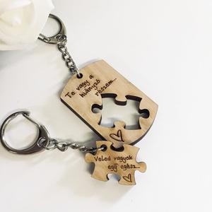 Szerelmespár tömörfa páros kulcstartó gravírozással, Egyéb, Kulcstartó, táskadísz, Táska, Divat & Szépség, Szerelmeseknek, Ünnepi dekoráció, Dekoráció, Otthon & lakás, Famegmunkálás, Gravírozás, pirográfia, Gravírozott fa páros kulcstartók szerelmespároknak, házaspároknak!\nA szöveg változtatható.\n\nAz ár eg..., Meska