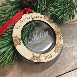 Első karácsonyom neves karácsonyfadísz, Karácsonyfadísz, Karácsony & Mikulás, Famegmunkálás, Gravírozás, pirográfia, Magassága 8cm\nAnyaga: tömör fa, akril, szatén\n\nKeresztneves karácsonyfadísz, karácsonyi dísz.\n\nKedve..., Meska