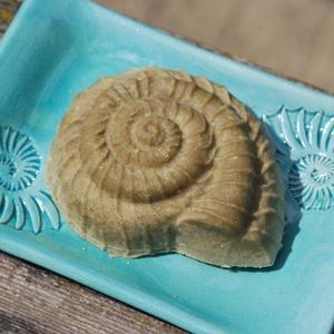 Pisztácia olajos szappan Borneói faggyúdióval csalán főzettel csiga formában ajándék szülinapra névnapra (medalin) - Meska.hu
