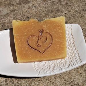 Sárgabarackmag olajos természetes szappan joghurtosan mangó vajjal ló mintával ajándék szülinapra névnapra (medalin) - Meska.hu