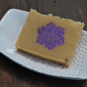 Sárgabarackmag olajos természetes szappan joghurtosan mangó vajjal levendula mintával ajándék szülinapra névnapra (medalin) - Meska.hu