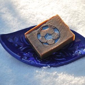 Mentolos vegán egyedi csokoládé szappan kender és avokádó olajjal sportos foci rajongónak ajándékba szülinapra névnapra, Szépségápolás, Szappan & Fürdés, Szappan, Kozmetikum készítés, Szappankészítés, Ezt a mentolos csokoládé szappant valódi étcsokoládéval és prémium kakaóvajjal készítettem.\nTermésze..., Meska