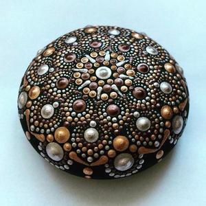 Bronzos mandalakő, Otthon & Lakás, Dekoráció, Mandala, Festészet, Pontozásos technikával készült, 9 cm átmérőjű mandalakő bronzos színekkel., Meska