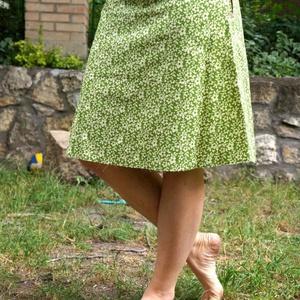 Virágos szoknya, Ruha & Divat, Női ruha, Szoknya, Varrás, Fehér virágos szoknya kétféle 100% pamut anyagból.  Alja szegetlen. A vonalú szabással, cipzárral. H..., Meska
