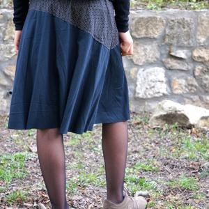 Fekete virágos szoknya, Szoknya, Női ruha, Ruha & Divat, Varrás, Háromféle pamut póló (rugamas) anyagból késült a szoknya. Alja szegetlen. A vonalú szabással, gumis ..., Meska